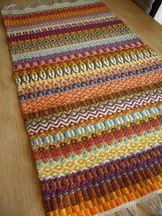 From Japanese website…the pattern is typical Swedish but not the colours. It´s a weaving school and very popular especially in Japan. Card Weaving, Weaving Art, Loom Weaving, Tapestry Weaving, Weaving Textiles, Weaving Patterns, Textile Patterns, Stitch Patterns, Knitting Patterns