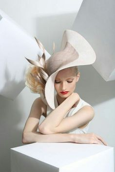 Philip Treacy is the artist of this curvy, smart fascinator/hat. my eye was caught by the curves of this hat which creates a very mature look. Royal Ascot, Fancy Hats, Big Hats, Crazy Hats, Kentucky Derby Hats, Church Hats, Wearing A Hat, Love Hat, Turbans