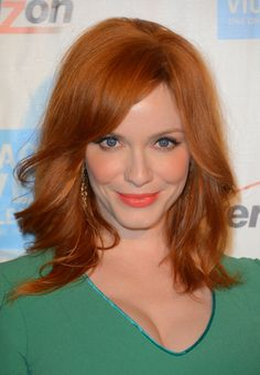View yourself with Christina Hendricks hairstyles and hair colors. View styling steps and see which Christina Hendricks hairstyles suit you best. Hair Color Auburn, Auburn Hair, Red Hair Color, Christina Hendricks, Clavicut, Medium Hair Styles, Short Hair Styles, Hair Color Pictures, Redhead Makeup