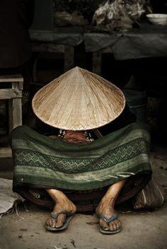 petite sieste sous un nón lá au Vietnam