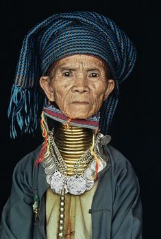 Burma | Padaung woman wearing traditional neck rings. Kayah. Loikaw. | ©Steve McCurry http://exploretraveler.com http://exploretraveler.net
