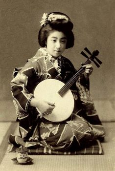Vintage Photographs of Manryu. One of the most popular Geisha in Japan during the last years of the Meiji-era - Early Century Vintage Photos Women, Vintage Photographs, Vintage Japanese, Japanese Art, Ancient Music, Kabuki Costume, Japan Spring, Memoirs Of A Geisha, Meiji Era