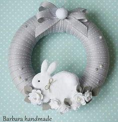 ИЗ ФЕТРА. Шьем вместе!: entradas da comunidade Bunny Crafts, Felt Crafts, Easter Crafts, Christmas Crafts, Wreath Crafts, Diy Wreath, Easter Wreaths, Holiday Wreaths, Diy Osterschmuck