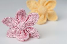 such cute crocheted little flowers - Free Pattern