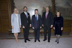 ELEGANT: Fredsprisvinner Juan Manuel Santos hilser på kongefamilien på Slottet lørdag. Fra venstre: Kronprinsesse Mette-Marit, kronprins Haakon, fredsprisvinner Juan Manuel Santos, Kong Harald og Dronning Sonja. Foto: Terje Bendiksby / NTB scanpix