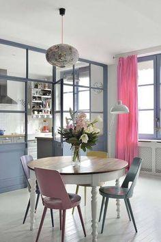 Une verrière intérieure de cuisine peinte en bleu lavande
