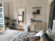Geschmacksvolle Kommode und Schwarztafel als Deko fürs WG-Zimmer. #WG #Zimmer #Einrichtung #Schlafzimmer