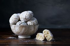 This Italian recipe for almond cookies a. soft amaretti, requires three basic ingredients (almond flour, sugar and egg whites) and is made in 3 different ways. Italian Almond Cookies, Almond Meal Cookies, Cookie Recipes, Dessert Recipes, Desserts, Egg Recipes, Diet Recipes, Cured Egg, Chocolate And Vanilla Cake