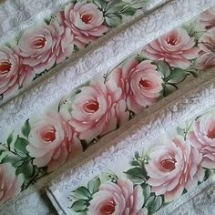 Imagem relacionada Hand Painted Fabric, Rose Pictures, Fabric Painting, Flower Art, Beautiful Flowers, Decoupage, Stencils, Diy And Crafts, Crochet