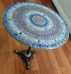 Table mosaïque la terre lapis-lazuli Table de bar pied fer forgé et plateau mosaïque rond de 66 cm. Restauration artisanale par une artiste japonaise. À retirer sur place Nice centre.