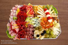 Složení: vepřová šunka, debrecínská pečeně, anglická slanina, paprikový pálivý salám, Herkules, italské salámy, sýr Eidam, Niva, Hermelín, sýrové kuličky, ementáler sýr, mozzarela, olivy, hroznové víno, okurka, rajče, ledový salát, vlašské ořechy, kukuřičky.   Dle sezónní nabídky ovoce a jiných surovin, se můžou v míse vyskytnou i jiné suroviny. Např. sušené datle, fíky, kešu, mandle apod.