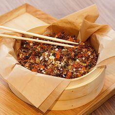 Rökt lax med pepparrotskimchi. Krispigt, mjukt, milt, kryddigt och krämigt … Allt ryms i denna underbara rätt som liknar den japanska sushisalladen chirasushi. Men här är det nudlar i stället för ris som blandas med kallrökt lax, knaperstekt spetskål, kimchi med pepparrot, ägg och sojamajonnäs.