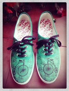 Zapatillas pintadas de velocípedos y bicicletas