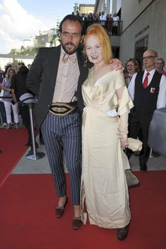 Andreas Kronthaler Photos - Vivienne Westwood and Andreas Kronthaler attend the Premiere of Cosi Fan Tutte at the Haus fuer Mozart on August 2011 in Salzburg, Austria. Salzburg Austria, Classy Women, Long Live, Unique Outfits, British Style, Old Women, Vivienne Westwood, Fashion Designers, Business Women