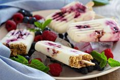 Refreshing and delicious, this Yogurt & Blueberry Jam Popsicles recipe is your go-to on hot summer days. Helado Natural, Dessert Weight Watchers, Healthy Popsicle Recipes, Yogurt Recipes, Yummy Snacks, Yogurt Breakfast, Breakfast Popsicles, Yogurt Popsicles, Vegan Breakfast