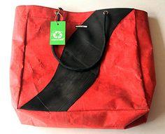 Hinter dieser Tasche steht ein Upcyclingverfahren von Plastik, das ein ziemlich grosses Potential hat. Die Plastikresten werden unter tiefen Temperaturen zu einem festen Stoff verarbeitet, der seine Farbe behält. Innovatives Recycling von @Manguetown. Shopper Bag, Tote Bag, Recycling, Madewell, Fashion, Bags, Jackets, Color, Moda