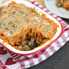 A delicious and easy #vegan shepherds pie with vegetables, lentils and chickpeas topped with creamy sweet potato mash! #recipe