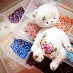 Остались последние штрихи бисером... Скоро сразу 6 новых малышек) #теддимишка #теддик #тедди #мишутка #миниатюра #миник #вышивка #вышиваю #розочки #розы #роккоко #мило #люблюсвоюработу #teddy #teddybear #bears #bear