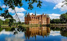 Egeskov Slot é um castelo renascentista – o mais bem preservado da Europa – que fica localizado na ilha de Funen, na Dinamarca.