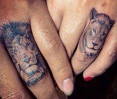 Quais as melhores tatuagens nos dedos. As tatuagens são uma forma de embelezar o nosso corpo de forma permanente. As delicadas tatuagens nos dedos estão super em voga, fazendo sucesso entre as mulheres. As adeptas da finger tattoo incluem ...