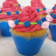 Divertir também faz parte do Fino Trato Buffet!! Cupcakes decorados para uma surpresa para Aninha!  Sabor e alegria  juntos para encantar e saborear!  #finotratobuffet #trolls #trollsparty #cupcakespersonalizados #cupcakestrolls