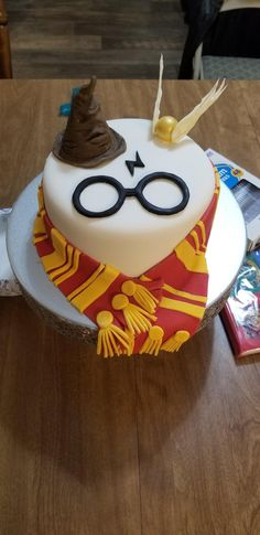 Harry Potter Brithday Cake Harry Potter Brithday Cake Stefanie lilulelalo Kochrezepte Red velvet with yellow cream cheese frosting are what you will find beneath nbsp hellip Birthday Cake Cookies, Brithday Cake, Cake Mix Cookies, Easy Fondant Decorations, Cake Decorating With Fondant, Harry Potter Torte, Harry Potter Birthday Cake, Harry Potter Cake Decorations, Cake Designs For Girl