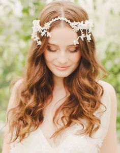If you have ultra-long hair, you won't miss the romantic curls. Romantic curls can be worn by brides, bride maids and other distinguished guests. The hair can bring a romantic and pretty look, so. Long Bridal Hair, Bridal Hairdo, Curly Wedding Hair, Long Hair Wedding Styles, Headpiece Wedding, Trendy Wedding, Floral Headpiece, Bridal Headpieces, Bride Hairstyles For Long Hair