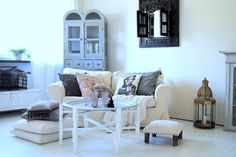 Livingroom , vardagsrum , shabby chic , vitrinskåp , vintage , dining room , tine k , day home , usoinredare , skåp , tv-rum , vitt golv , svart , indiska