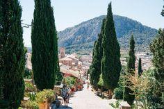 Ich habe mich verliebt! Und zwar in die wunderschöne Stadt Pollença auf Mallorca. Zum ersten Mal habe ich den Ort im Norden der Insel besucht und war sofortbegeistert von der entspannten Atmosphäreund denvielen, kleinen Geschäften und Boutiquen, die es hier gibt. Und erst die vielen Cafés und Restaurants! Ausgangspunkt für eine Besichtigung, ist wie so oft der Marktplatz bzw. der Platz vor der Kirche des Ortes. Hier gibt es einige Restaurants, die in der Nebensaison häufig von…