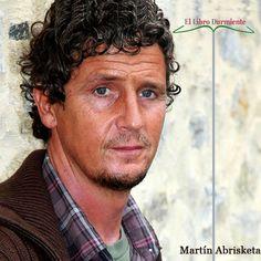 """#Entrevista al escritor y periodista Martín Abrisketa  http://ellibrodurmiente.org/abrisketa-martin-entrevista/ Martín Abrisketa, Bilbao (1967). Periodista, guionista y reportero gráfico.  """"La lengua de los secretos"""" es su primera novela. Desde el año pasado llena de emoción a los lectores con la historia de su padre, Martintxo. Un niño que supo esquivar la dureza y el drama de la guerra civil gracias a su ingenuidad cargada de ganas de juego."""
