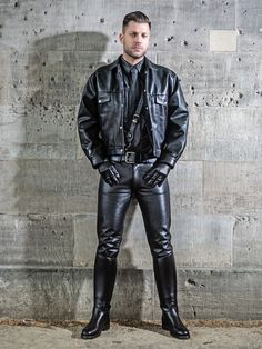 Just what I would like to look like all in Leather and knee high boots Mens Leather Pants, Biker Leather, Leather Gloves, Motard Sexy, Leather Fashion, Mens Fashion, Leder Outfits, Sexy Men, Moda Masculina