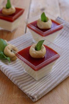 Un antipasto facile e scenografico: panna cotta salata al parmigiano con biscotto di frolla integrale.