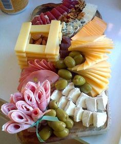 Super Ideas For Cheese Platter Appetizers Snacks Party Snacks, Appetizers For Party, Appetizer Recipes, Cheese Trays, Meat And Cheese, Wine Cheese, Charcuterie And Cheese Board, Food Garnishes, Party Platters