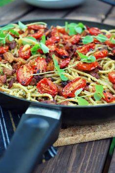 Spaghettia, oreganopestoa ja vegepekonia paistinpannulla