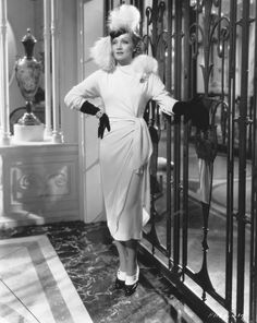 Marlene Dietrich rocking feather fur, two-colour shoes, gloves, glam jewelry, and one seriously lovely gathered dress, c. 1940s. #vintage #actresses #fashion #1940s