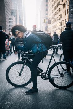 rides an unbranded fixed gear bike photographed at Ave., Manhattan during the Women's March NYC (attempting to make a delivery) Urban Cycling, Urban Bike, Fixed Gear Girl, Best Road Bike, Bike Messenger, Bike Photography, Look Fashion, Bike Fashion, Road Bike Women