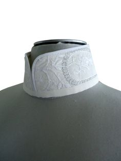 Joli col mao amovible en tissu brodé argent et blanc