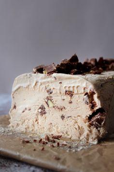 En alt for lækker dessert, som ikke kræver meget arbejde! Sweet Recipes, Cake Recipes, Dessert Recipes, Parfait, Toffee Bars, Ice Cake, Frozen Yoghurt, Vegan Ice Cream, Recipes From Heaven