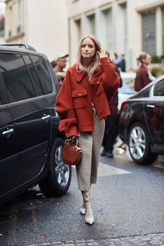 neutral colors paired with an oversized rust-red jacket and a matching handbag. #streetstyle #streetstyleinspiration #rust #red #redjacket #statementpiece #neutralcolors #handbag #fashioninspiration #fashion #womenswear #style