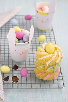 """Oe hoe leuk zijn deze konijnen bekers van Meri Meri voor het paasontbijt, paaslunch of paasdiner. Er zitten maar liefst 12 konijnen bekers in een setje. Combineer ze met onze """"Hoppy Easter"""" collectie, zoals onze servetringen met konijnen oren, onze Hoppy Easter cupcake kit of onze Hoppy Easter slinger."""