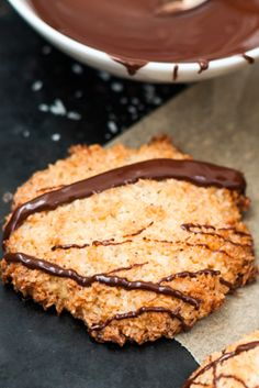 Schnell, einfach und superlecker: Bei diesen saftigen Kokosplätzchen wird niemand erraten, wie kurz ihr in der Küche gestanden habt. Das Besondere an den Keksen: Sie werden durch etwas Meersalz noch spannender!