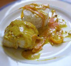 LOTTE A LA CREME SAFRANEE & AU CURRY (Pour 2 P : 400 g de queue de lotte coupée en deux, 1 petite courgette, 1 petite carotte, un oignon sauce haché, zeste de citron, 50 g de crème fraîche, 1 c à c de fumet de poisson, 1 noix de beurre, sel poivre, 1 pincée de curry, 1 dose de safran et quelques baies roses)