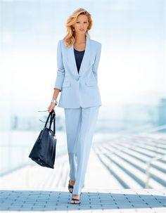 Eleganter Business-Anzug, der auch auf Geschäftsreisen eine klare Linie vertritt.