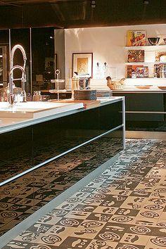 Cozinha com ladrilho estilizado: projeto de Esther Giobbi