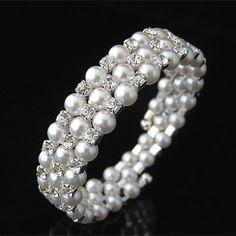 Pulsera de perlas    Pulsera o brazalete de perlas de cristal Austriaco.  Medidas: ancho: 1,5cm, diámetro: 6cm