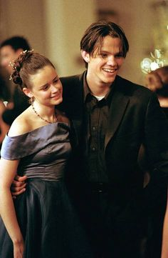 Dean (Jared Padalecki) and Rory (Alexis Bledel) from Gilmore Girls Cabelo Rory Gilmore, Estilo Rory Gilmore, Gilmore Girls Dean, Lorelai Gilmore, Jared Padalecki Gilmore Girls, Rory Gilmore Style, Gilmore Girls Fashion, Amy Sherman Palladino, Movies And Series