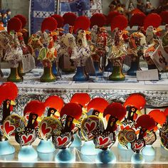 Quem aí tem um desse ?  O Galo de Barcelos é ícone de Portugal! Se engana quem pensa que eles são todos iguais. Os galinhos estão espalhados por todos os cantos do país, onde quer que você passe ele estará lá. Eu que comprei o meu logo no primeiro dia de viagem passeio o resto dos dias chupando o dedo, era um mais lindo que o outro, queria trazer todos, mas acabei só com um mesmo. #galodebarcelos #galo #portugal #suvenir #portugal_em_fotos #visitportugal