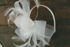 I'm loving this DIY white feather headband.