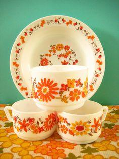 So cute and retro! Kitsch, Vintage Kitchenware, Vintage Dishes, Vintage Dinnerware, Kitchen Items, Kitchen Decor, Quirky Kitchen, 1970s Kitchen, Kitchen Things