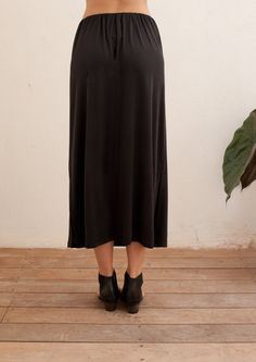 Straight cut skirt with elastic waist band for comfort and perfect fit. Fine ribbed, soft flowy fabric. Midi - long length, high waisted versatile